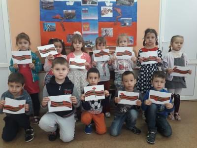 воспитанники средней группы №3 делали аппликацию Георгиевская лента